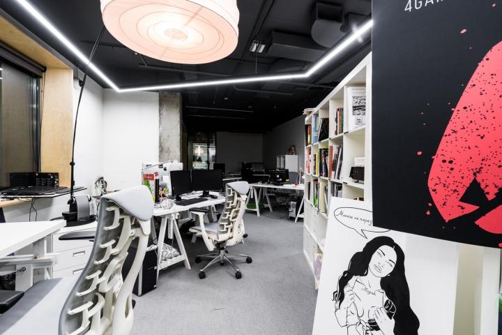 Атриум в офисе - необычный светильник и постеры как элементы декора интерьера
