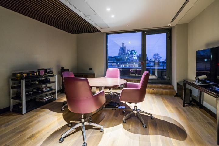 Атриум в офисе - дизайнерские стулья сиреневого цвета