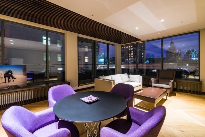 Атриум в офисе - дизайнерская яркая мебель в зоне отдыха