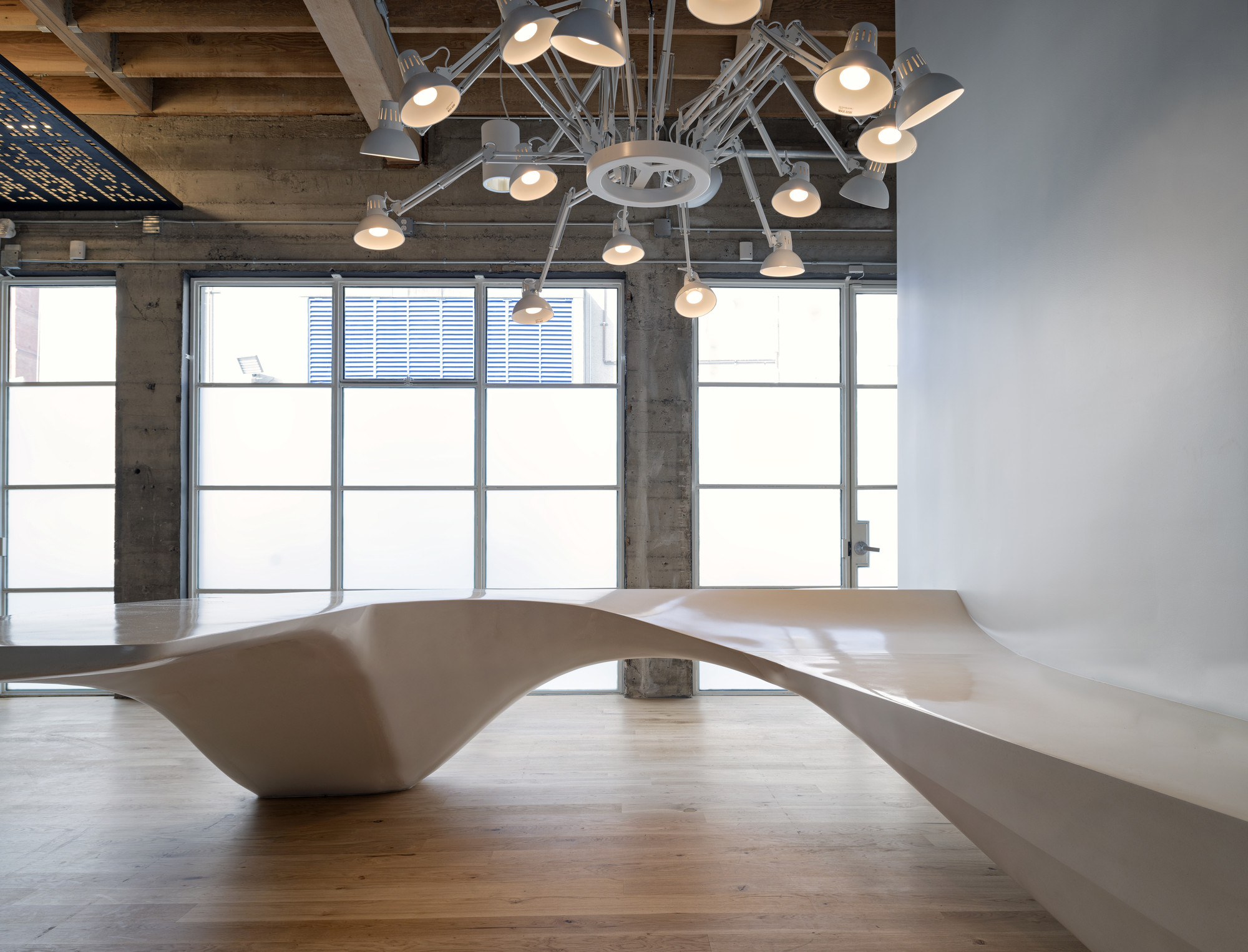 Необычный авторский ресепшн в офисе: вариант из скульптурного бетона. Фото 1