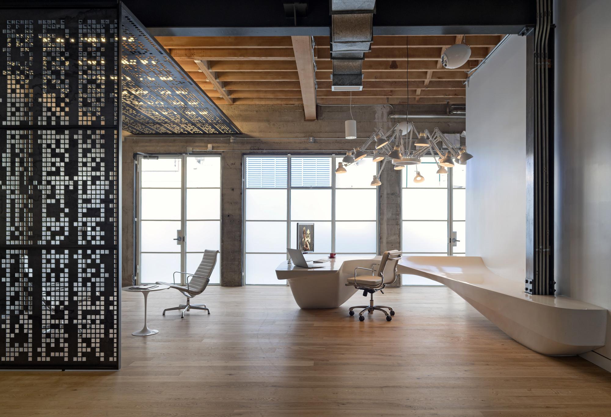 Необычный авторский ресепшн в офисе: вариант из скульптурного бетона. Фото 2