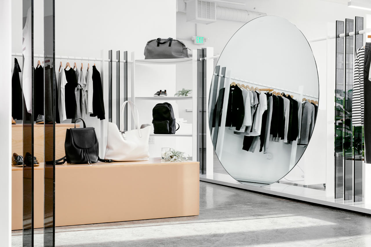 Круглое зеркало в белом интерьере офиса