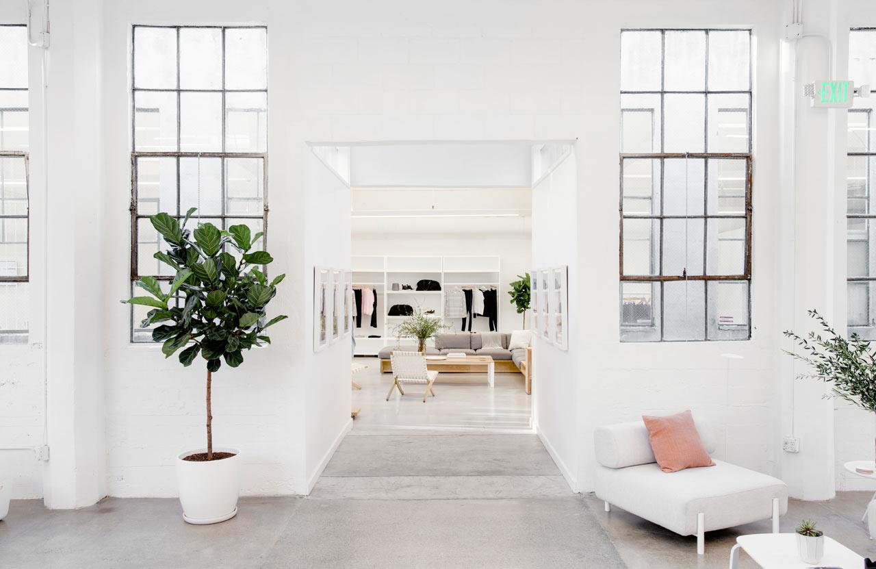 Серый пуфик в белом интерьере офиса