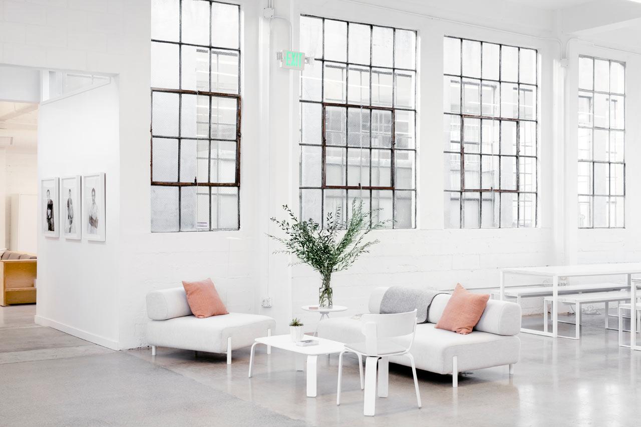 Прямоугольные окна в белом интерьере офиса