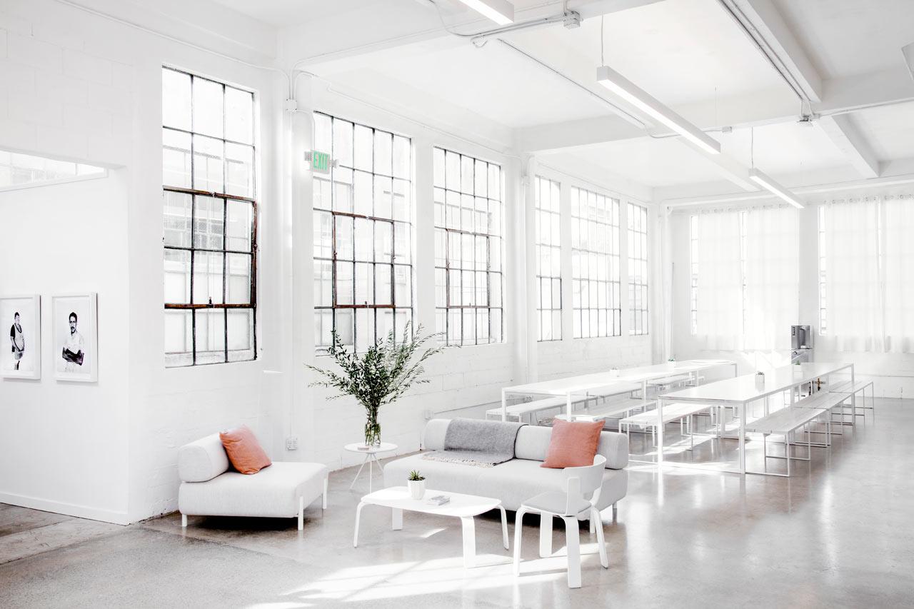 Светлая мебель в белом интерьере офиса