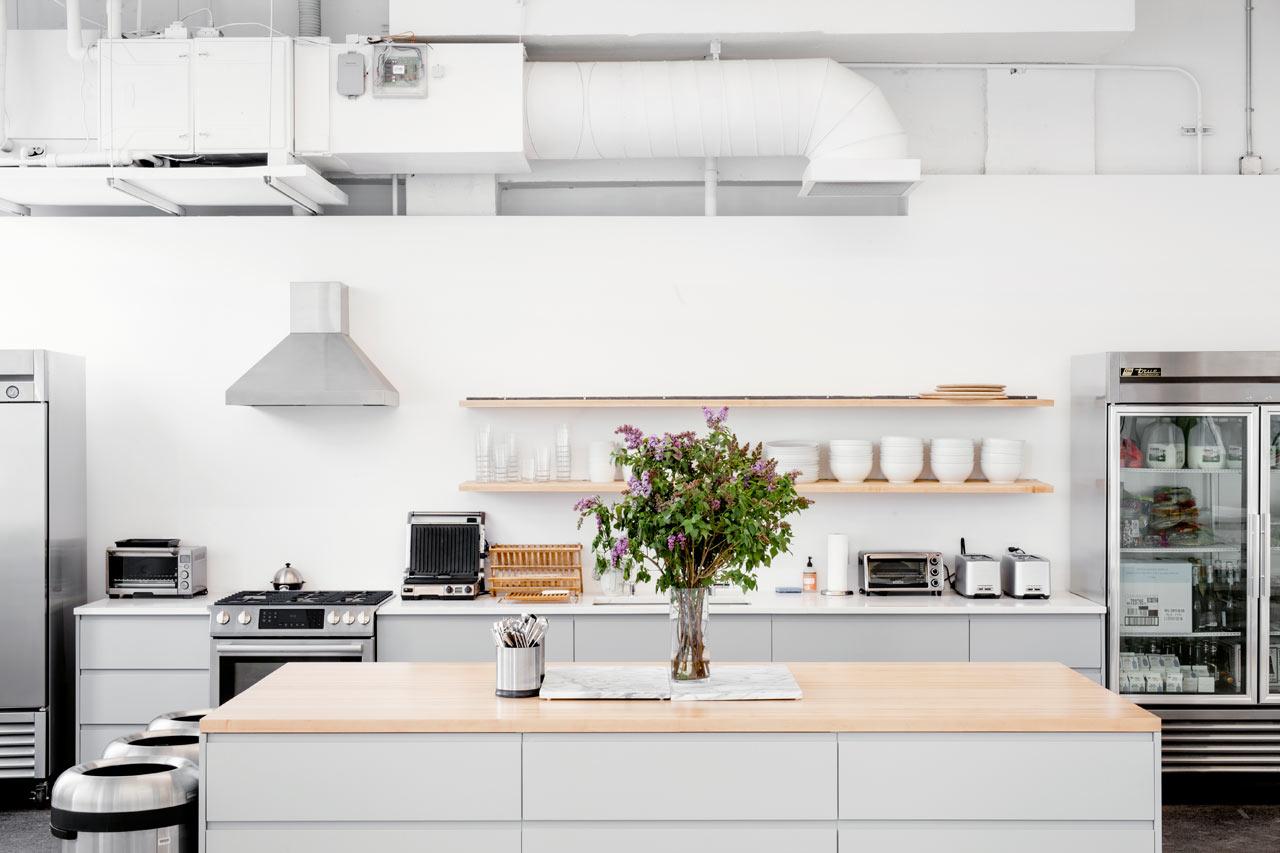 Деревянные полки в белом интерьере офиса