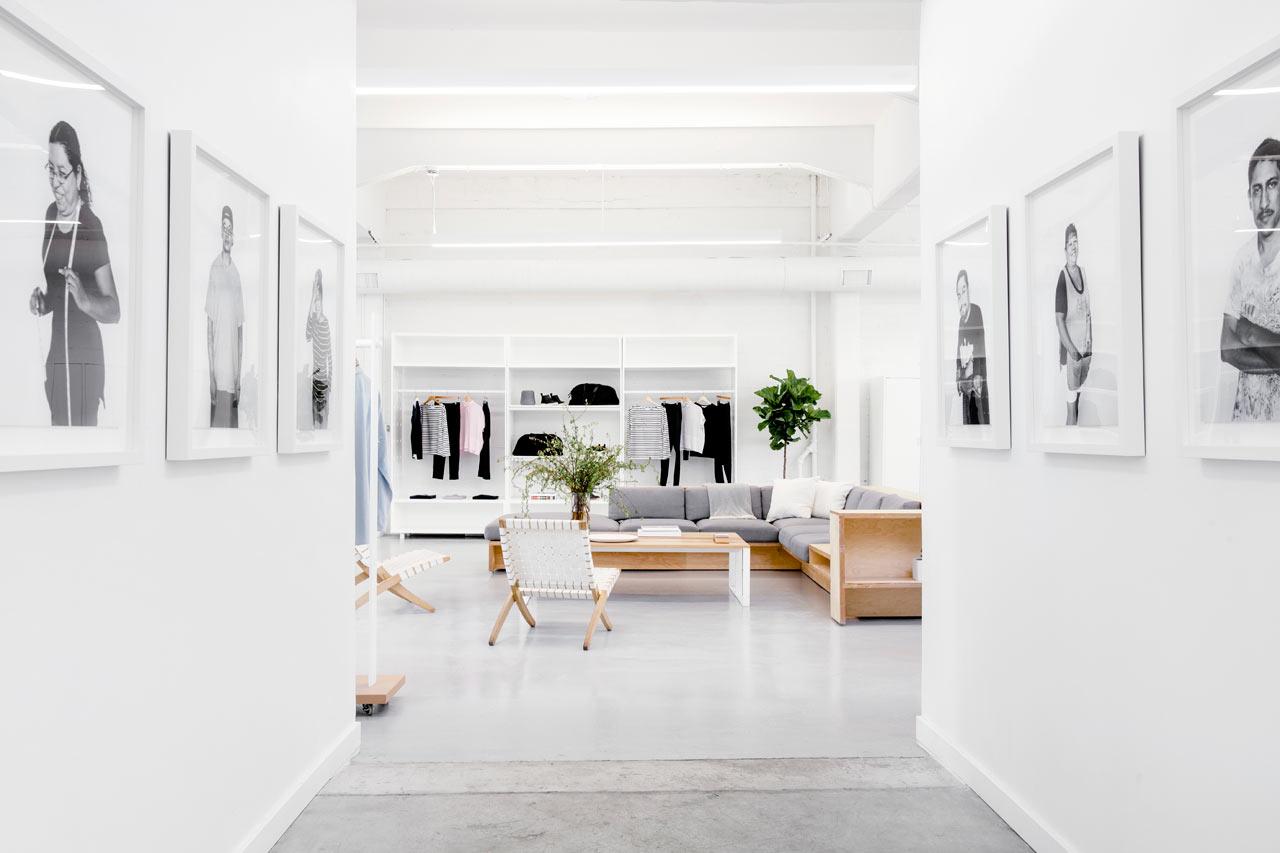 Необычные кресла в белом интерьере офиса