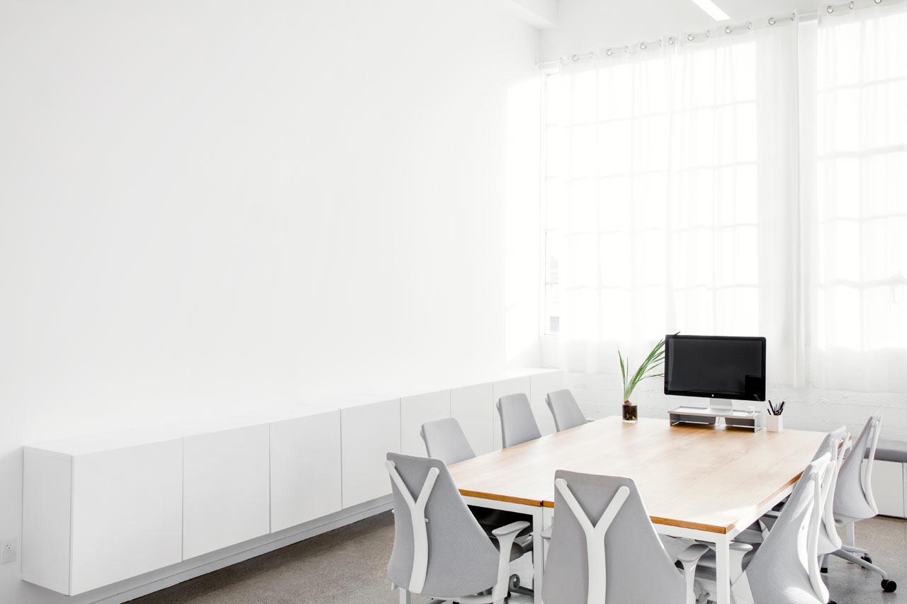Навесные шкафчики в белом интерьере офиса