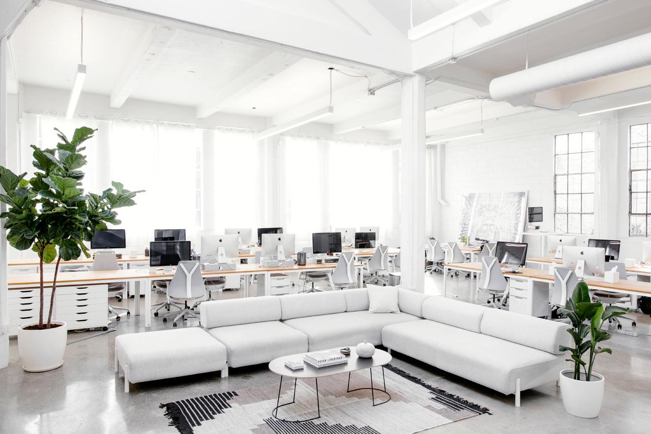 Оригинальный журнальный столик в белом интерьере офиса