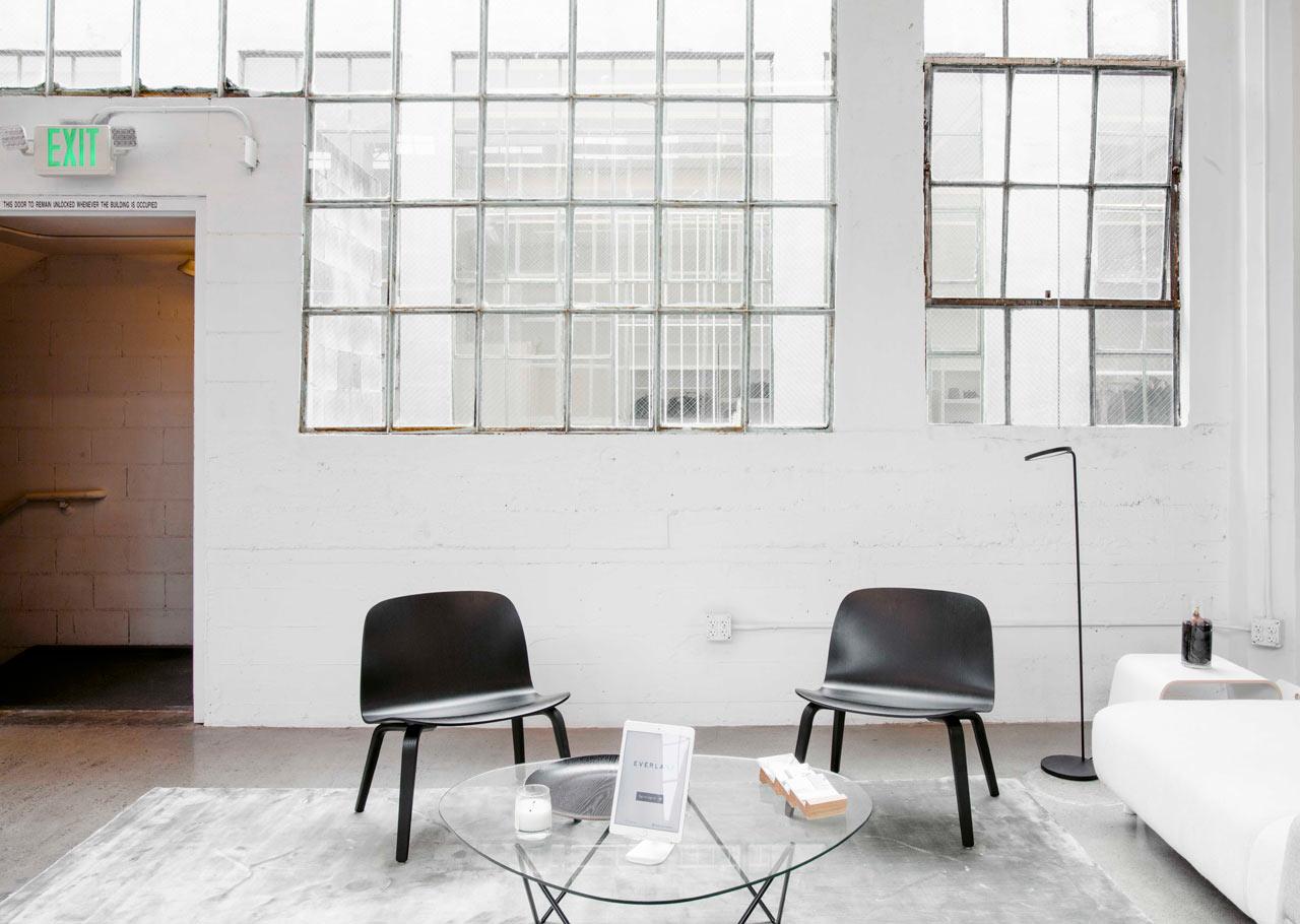 Оригинальные чёрные стулья в белом интерьере офиса