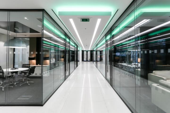 Белый интерьер офиса: рабочая зона