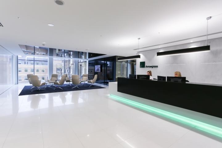Белый интерьер офиса: ресепшн и зона ожидания