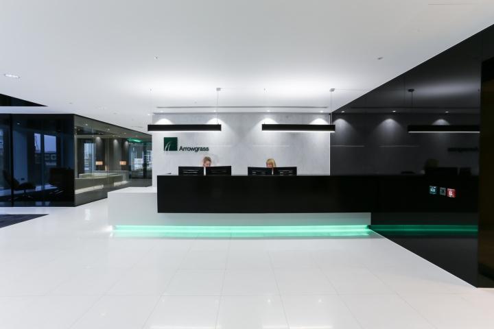 Белый интерьер офиса: стойка ресепшна