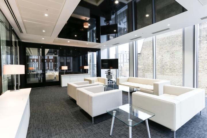 Белый интерьер офиса: комната отдыха