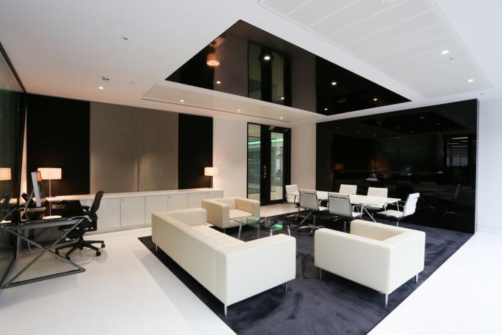 Белый интерьер офиса: белая мебель в комнате отдыха