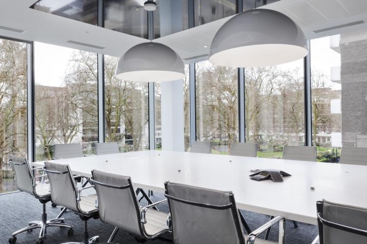 Белый интерьер офиса: светлый конференц зал
