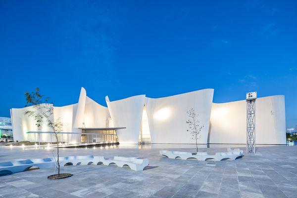 Белый изогнутый фасад: вечерняя красота