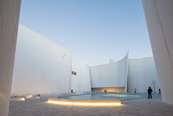 Белый изогнутый фасад: романтичная подсветка
