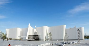 Белый изогнутый фасад здания музея