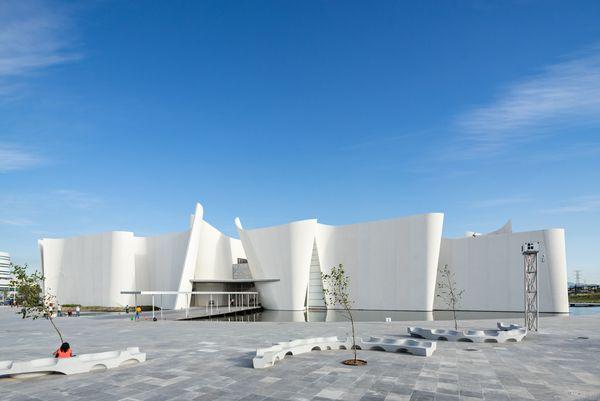 Белый изогнутый фасад: извилистые скамейки