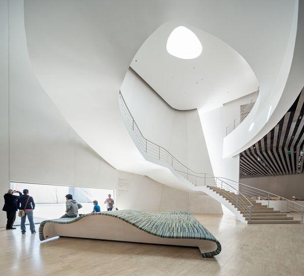 Белый изогнутый фасад: серпантин лестницы