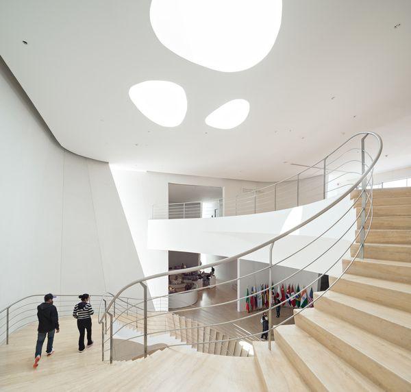 Белый изогнутый фасад: световые люки