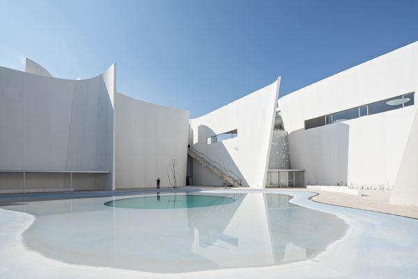 Белый изогнутый фасад: декорирование растениями