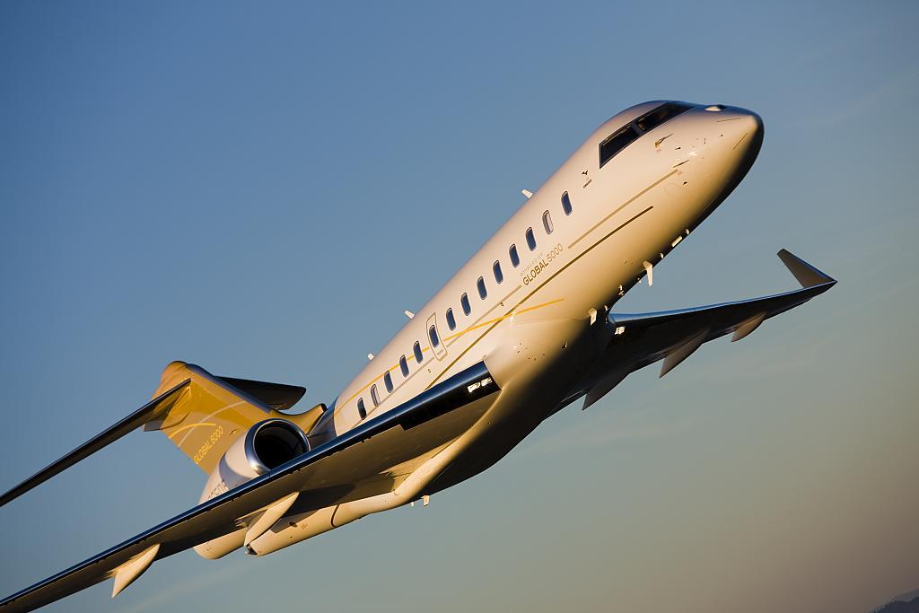 Бизнес-джет самолёт Bombardier BD-700-1A11 Global 5000 при взлёте