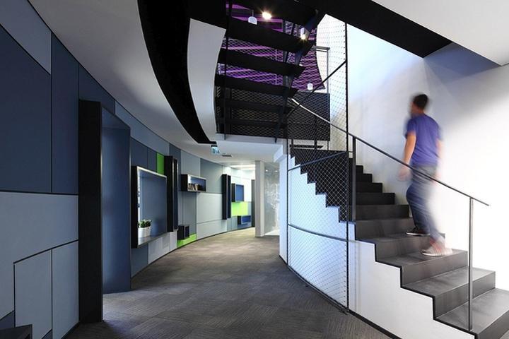 Лестницы ограждены сеткой что отдает мотивами городских улиц
