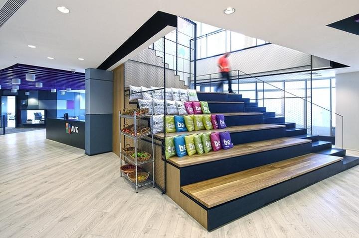 Дизайн зоны для отдыха в виде огромной лестницы с подушками
