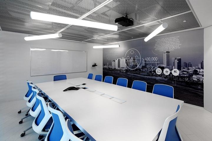 Конференц-зал с голубыми креслами