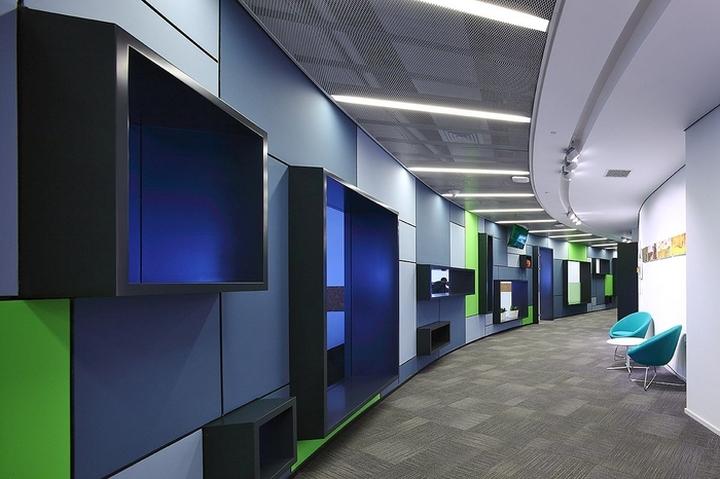Дизайн коридора с отделкой стен цветными панелями и выступающими конструкциями