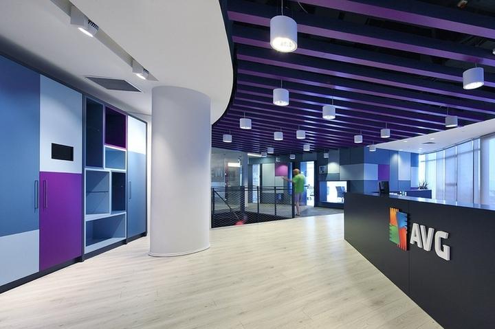 Дизайн большого офиса. Ресепшен с логотипом компании