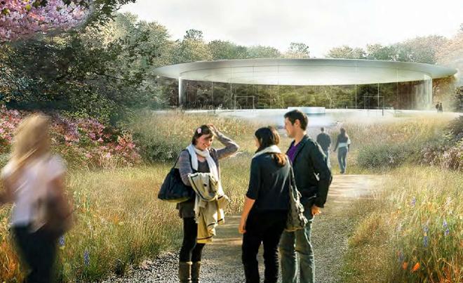 Люди в саду возле будущей штаб-квартиры компании Apple