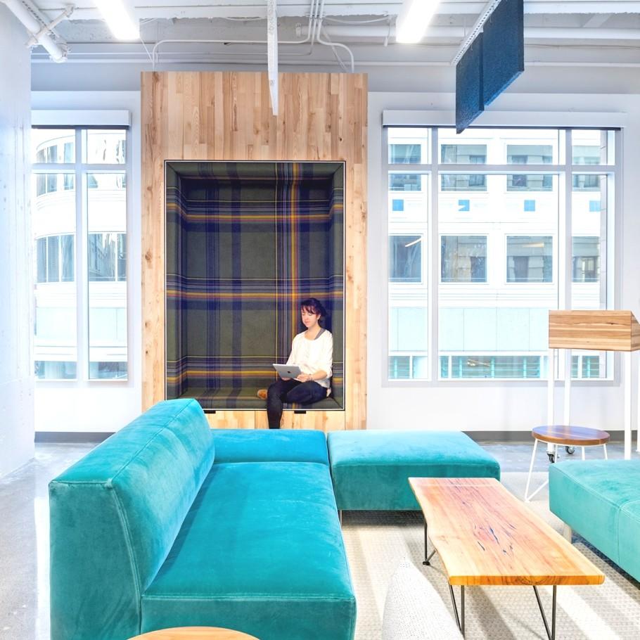 Яркая дизайнерская мебель в интерьере офиса