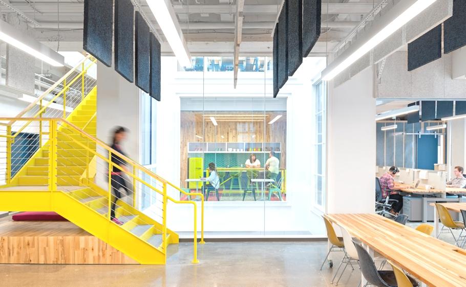 Желтая лестница в офисе компании Capital One Lab