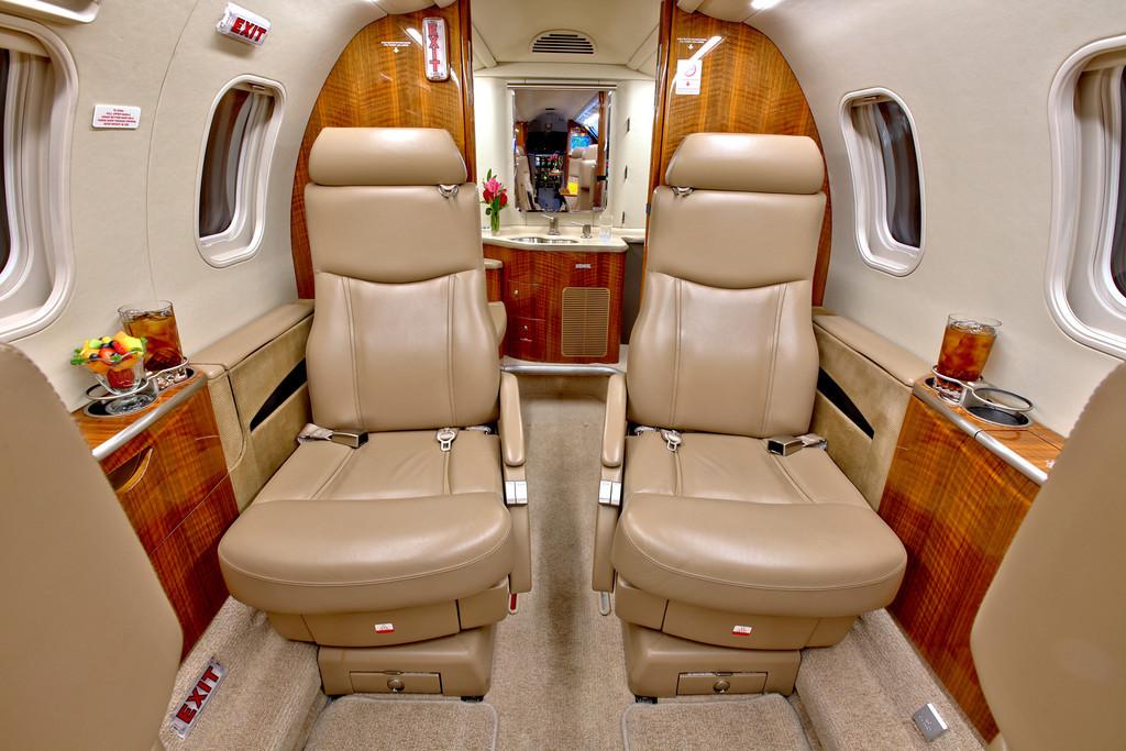 Частный самолет «Bombardier Learjet 40 XR»: кожаные кресла