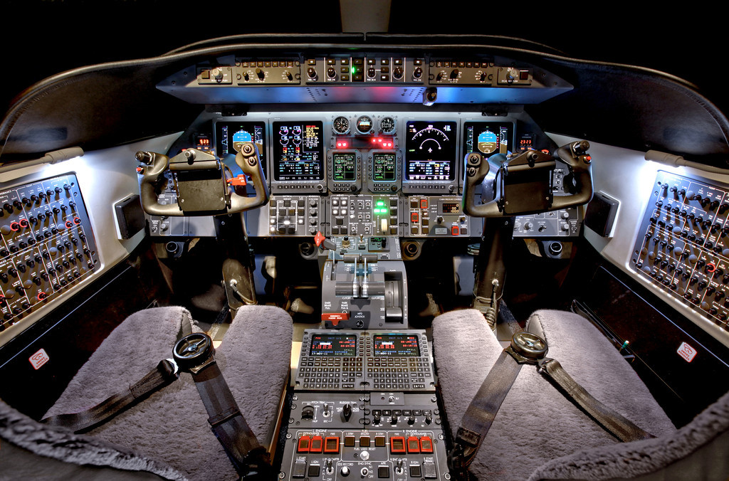 Частный самолет «Bombardier Learjet 40 XR»: кабина пилота