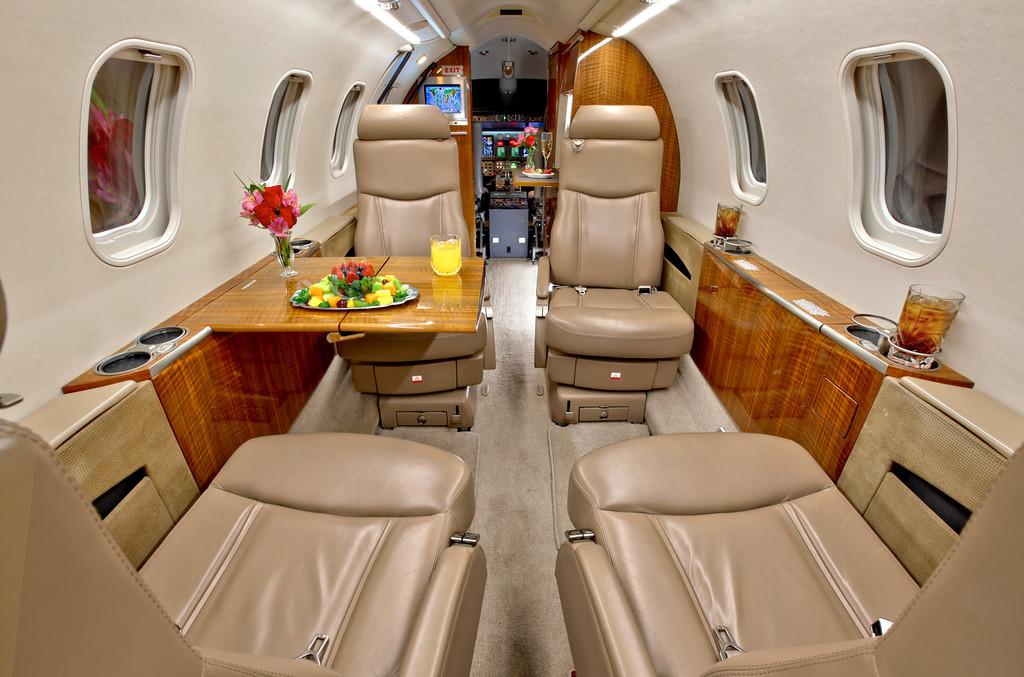 Частный самолет «Bombardier Learjet 40 XR»: раскладывающиеся деревянные столики