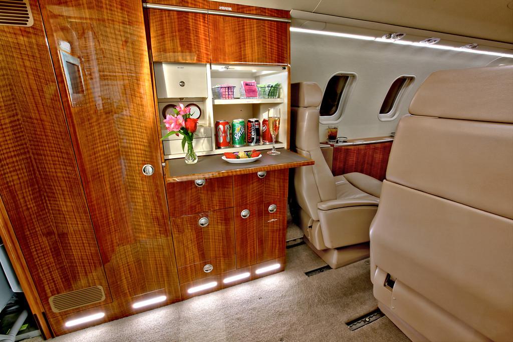 Частный самолет «Bombardier Learjet 40 XR»: буфет
