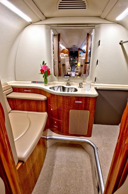 Частный самолет «Bombardier Learjet 40 XR»: туалетная комната