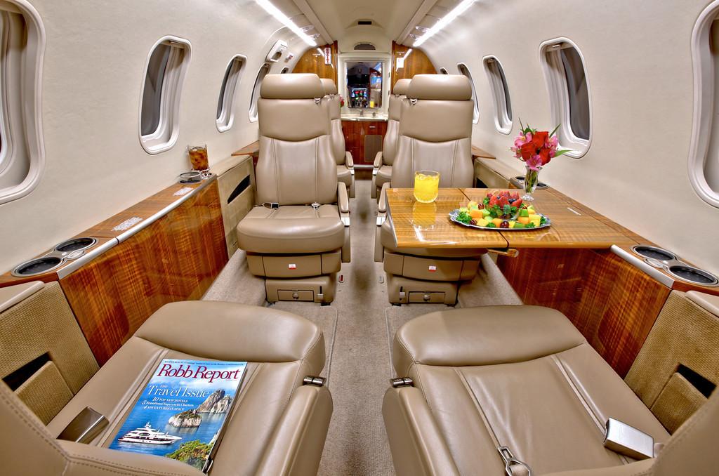 Частный самолет «Bombardier Learjet 40 XR»: вместительный салон