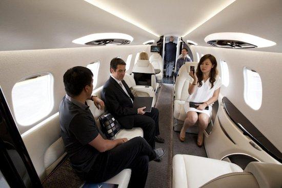 На частном самолёте бизнес-класса Learjet 85 могут разместиться 8 человек и 2 пилота