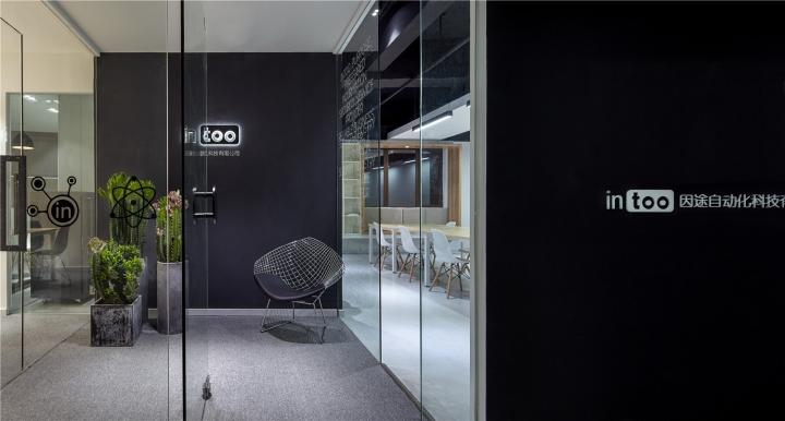 Чёрный цвет в офисе компании в Китае - прозрачные стены