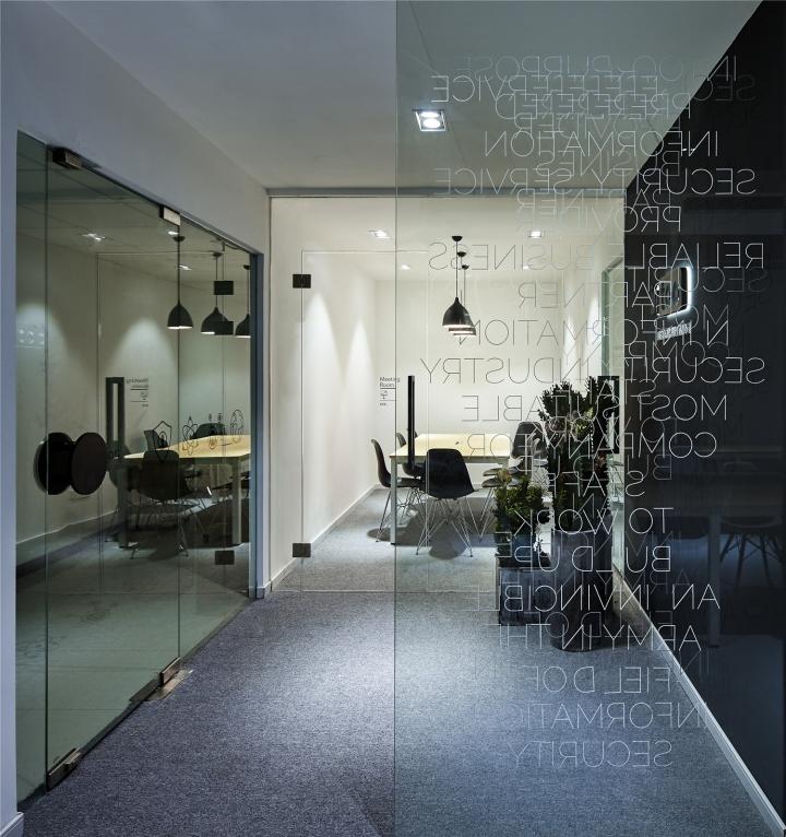 Чёрный цвет в офисе компании в Китае - стеклянные стены офиса