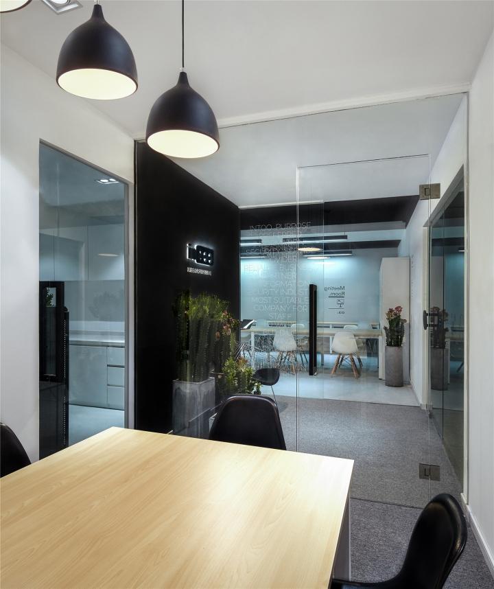 Чёрный цвет в офисе компании в Китае - кактусы в интерьере