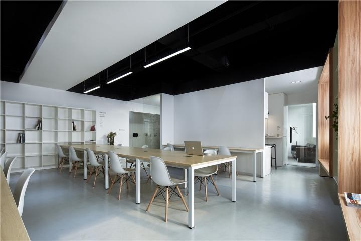 Чёрный цвет в офисе компании в Китае - чёрно-белый потолок