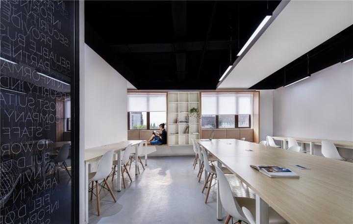 Чёрный цвет в офисе компании в Китае - комната для отдыха