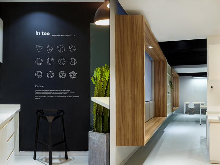 Чёрный цвет в офисе компании в Китае - дерево в интерьере