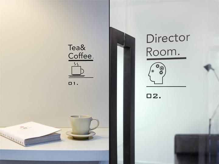 Чёрный цвет в офисе компании в Китае - надписи на стенах
